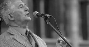 Budapest, 2005. szeptember 19.Dénes János, az 56-os munkástanácsok elnöke beszél a Parlament előtt, ahol a Magyar Önvédelmi Mozgalom szervezett tüntetést.MTI Fotó: Földi Imre