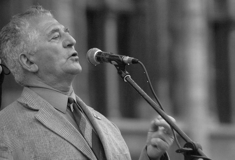 Dénes János, az 56-os munkástanácsok elnöke beszél a Parlament előtt (2005) / Fotó: MTI