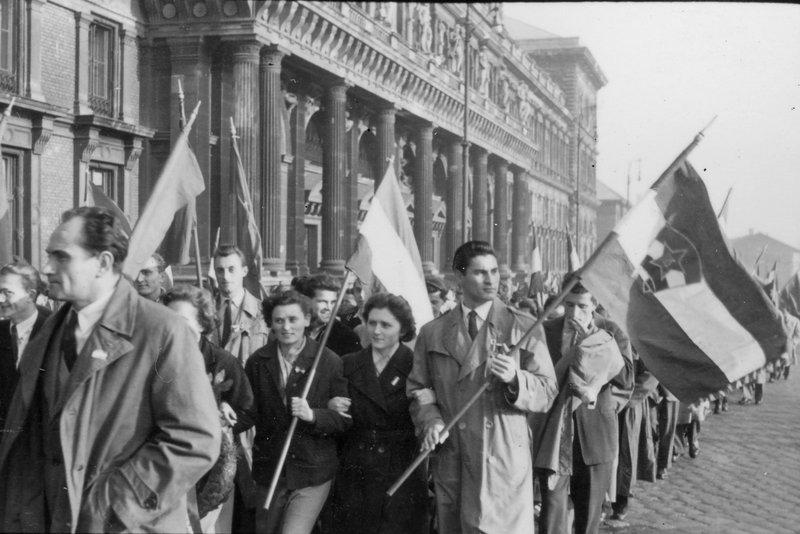 Hallgatók vonulnak fel a Közgazdaságtudományi Egyetem előtt / Fotó: MTI