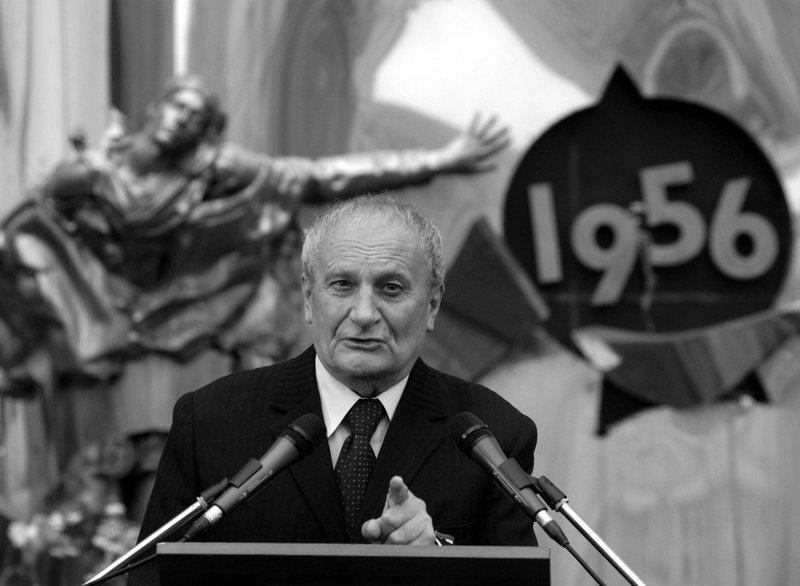 Fónay Jenő mond beszédet az 56-os emlékműnél a Széna téren 2006-ban / Fotó: MTI