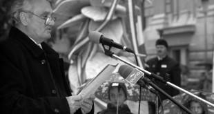 Debrecen, 2004. október 23. Hrabovszky László, a Fidesz Nyugdíjas Tagozatának alelnöke, egykori 56-os elítélt beszédet mond a Debreceni Egyetem melletti 1956-os emlékműnél rendezett ünnepségen az 1956-os forradalom 48. évfordulóján. MTI Fotó: Oláh Tibor