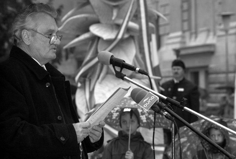 Hrabovszky László beszédet mond a Debreceni Egyetem melletti 1956-os emlékműnél rendezett ünnepségen /Fotó: MTI