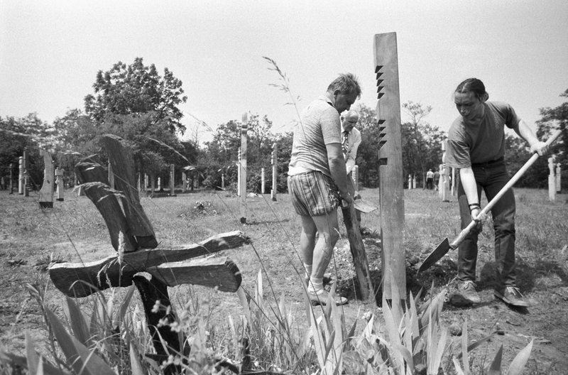Az INCONNU független művészcsoport 300 kopjafát készített az 1956-os névtelen áldozatok emlékére / Fotó: MTI