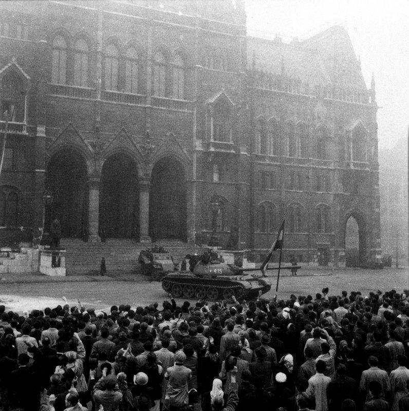 A békésen tüntető tömeg megközelíti a Parlament védelmére kirendelt szovjet páncélosokat. Néhány perccel a sortűz előtt / Fotó: MTI