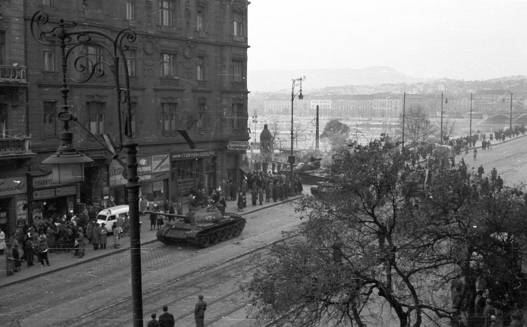 """Tank és mentő - """"csendélet"""" 1956-ból / Fotó: Fortepan.hu"""