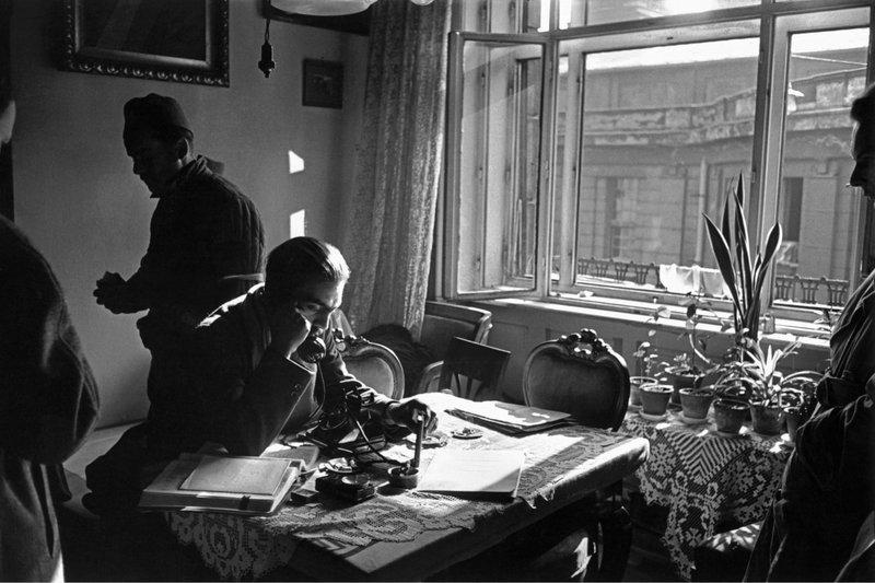 Pongrátz Gergely telefonál a Corvin közi felkelőcsoport központjában. / MTI Fotó: Erich Lessing