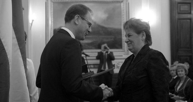 Dr. Susa Éva átveszi a Magyar Köztársasági Érdemrend tisztikeresztje kitüntetést Navracsics Tibortól / Fotó: MTI
