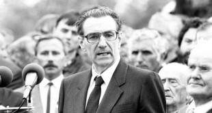 1989: Kopácsi Sándor búcsúbeszédet mond Nagy Imréék újratemetésekor / Fotó: MTI