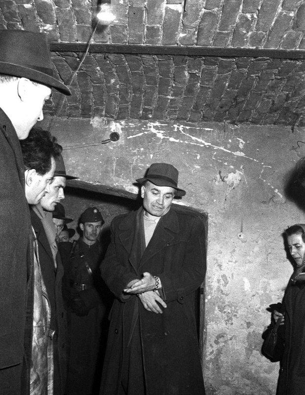 Micsinai István (bilincsben) a Csepel Autógyár volt szakmunkása, 1957-ben kivégezték / Fotó: MTI